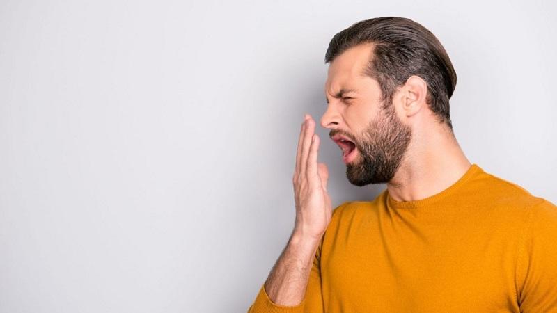 Khô miệng có thể là nguyên nhân khiến hơi thở có mùi hôi thối