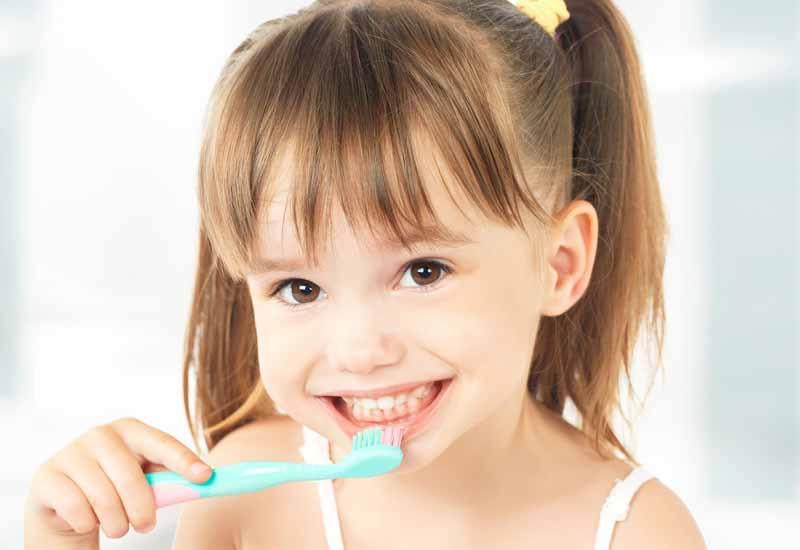Trong quá trình niềng răng trainer trẻ cần giữ vệ sinh răng miệng sạch sẽ