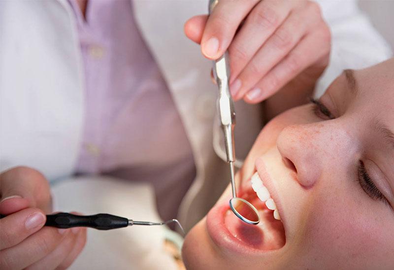 Tái khám định kỳ theo đúng lịch hẹn với bác sĩ là rất quan trọng trong quá trình niềng răng