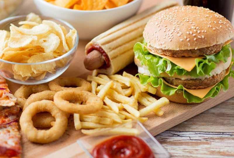 Thói quen ăn uống không khoa học cũng có thể gây ra bệnh viêm nha chu
