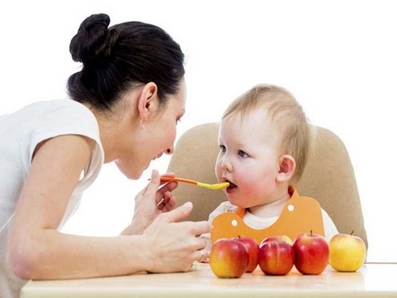 Cha mẹ nên cải thiện chế độ dinh dưỡng cho bé nếu bé 8 tháng tuổi vẫn chưa mọc răng.
