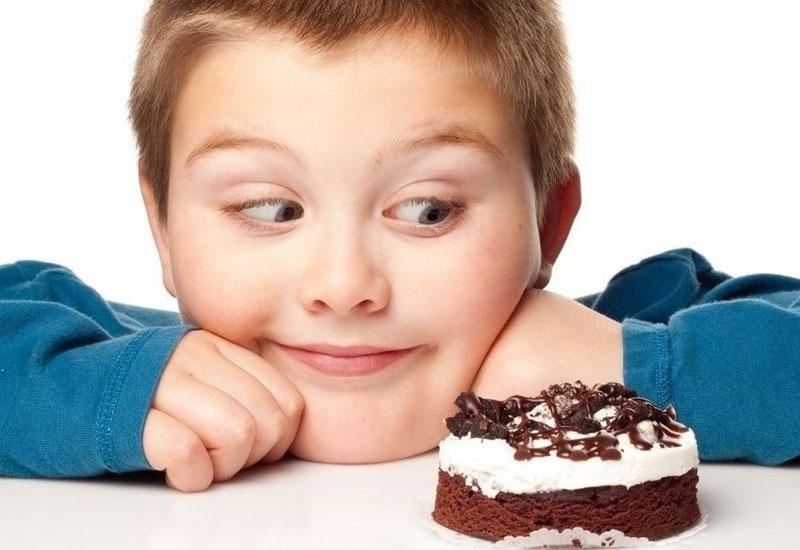 Cho trẻ ăn quá nhiều đồ ngọt là nguyên nhân hàng đầu dẫn đến sún răng