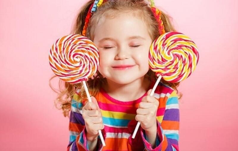 Trẻ ăn quá nhiều đồ ngọt là nguyên nhân gây viêm nha chu
