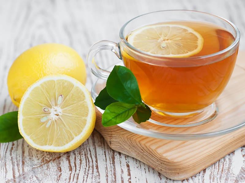 Một trong những đáp án của câu hỏi bị viêm lợi nên ăn gì là nước chanh mật ong