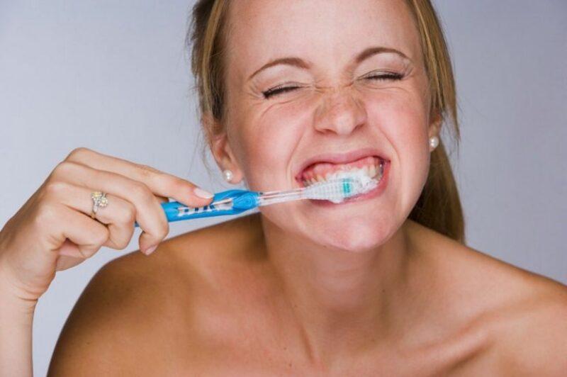 Dùng kem đánh răng chứa flour để tái khoáng răng