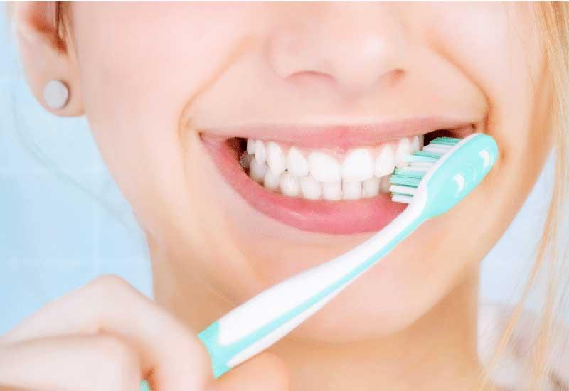 Vệ sinh răng miệng thường xuyên và đúng cách sẽ giúp bạn tránh được tình trạng hôi miệng