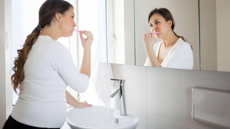 Vệ sinh kém là một trong những nguyên nhân dẫn đến tưa miệng khi mang thai