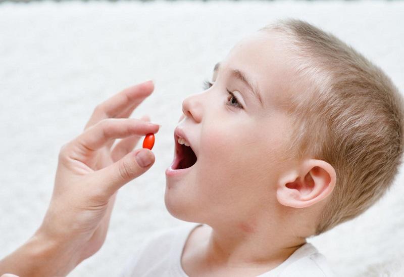 Phụ huynh nên cho trẻ uống thuốc theo đúng chỉ dẫn, kết hợp súc miệng bằng nước muối