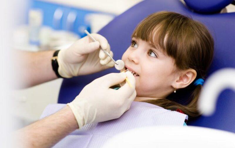 Cha mẹ nên đưa bé đi khám răng thường xuyên và khi nào nên nhổ răng sữa