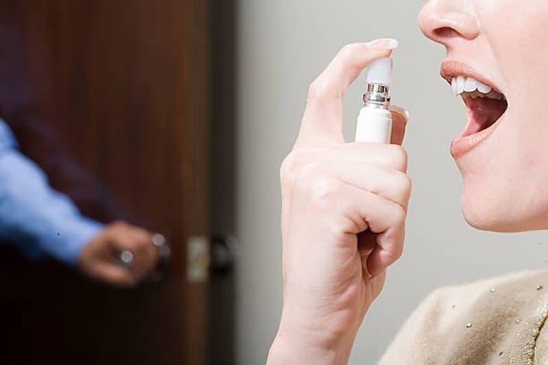 Nhiều người sử dụng xịt miệng để hạn chế mùi hôi và chảy máu chân răng