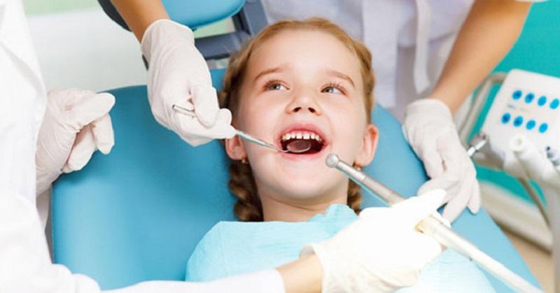 Thông thường, bác sĩ sẽ chỉ định bôi thuốc để ngăn ngừa sủn răng lây lan