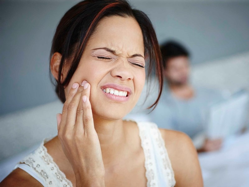 Tình trạng ê buốt răng kéo dài sẽ khiến mẹ bầu cảm thấy khó chịu