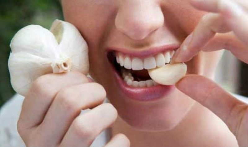 Ăn tỏi, hành có thể là nguyên nhân gây hôi miệng