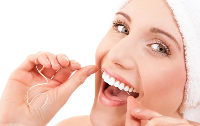 Bệnh nhân không nên ăn những thực phẩm dễ giắt kẽ răng như thịt gà, thịt trâu,...