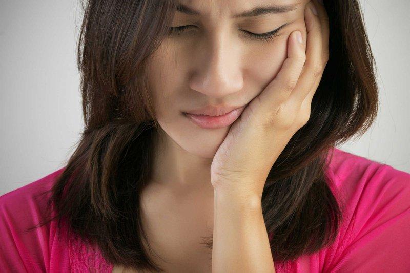 Người bệnh không thể ăn uống được bình thường bởi những cơn đau nhức, ê buốt răng kéo dài