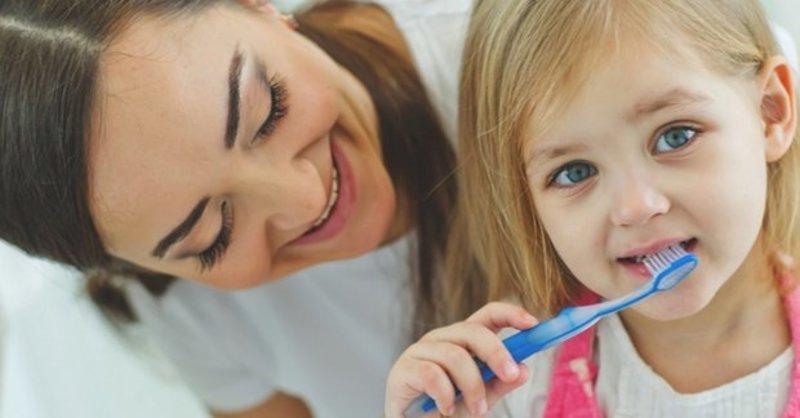 Phụ huynh nên hướng dẫn các bé các vệ sinh răng miệng tại nhà