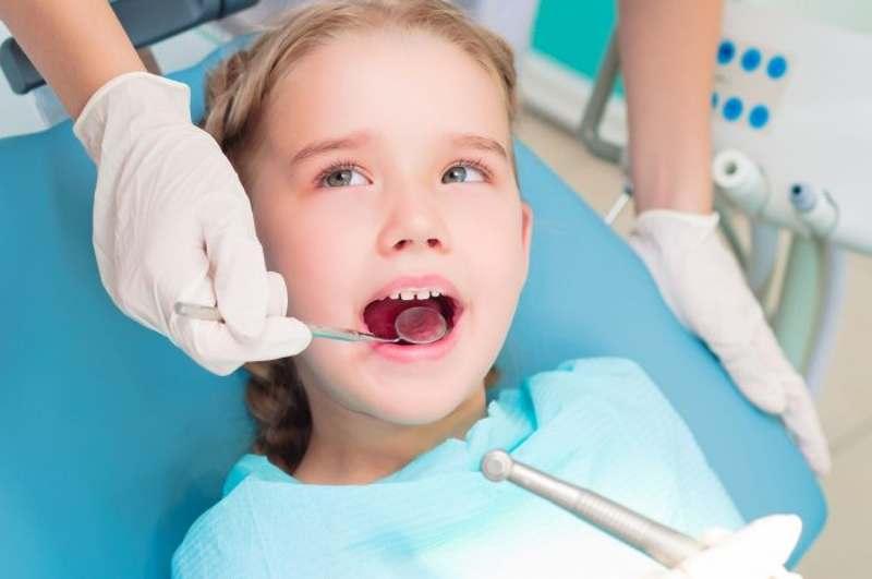 Bác sĩ sẽ chỉ định trám răng cho trẻ nếu vi khuẩn sâu răng chưa ăn vào tủy.