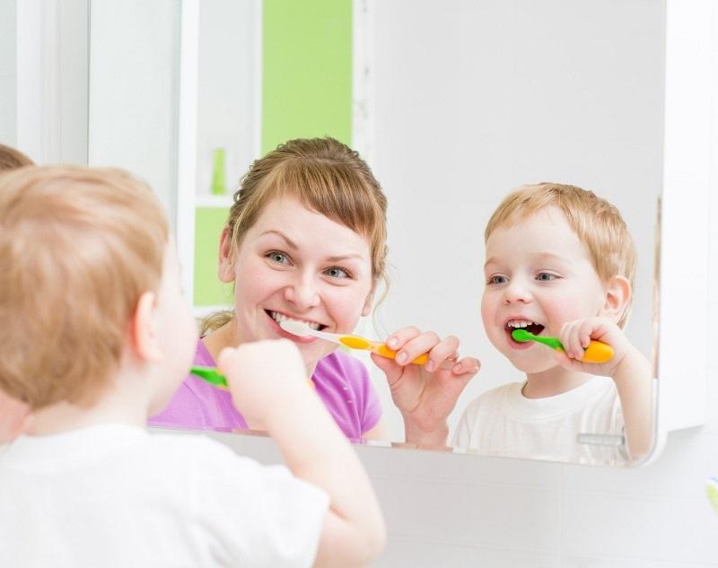 Cha mẹ nên loại bỏ những thói quen xấu ảnh hưởng đến sức khỏe răng miệng