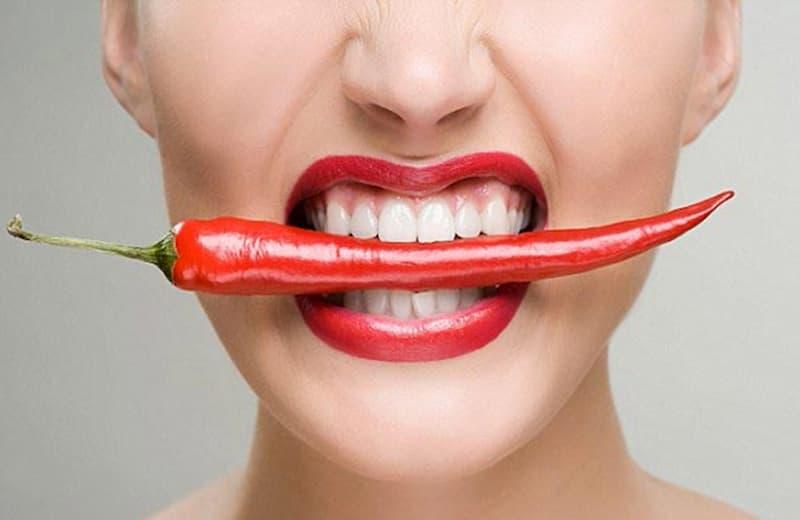 Thức ăn cay nóng, nhiều đường, bánh mì... là những thực phẩm mà người bị viêm lợi trùm nên tránh