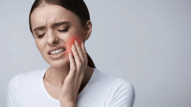 Tình trạng lợi trùm răng khôn kéo dài có thể gây viêm nhiễm, ê buốt răng