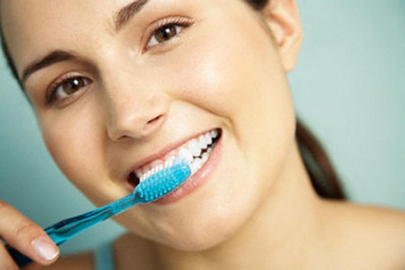 Chú ý vệ sinh răng miệng sạch sẽ để phòng ngừa viêm nướu chân răng