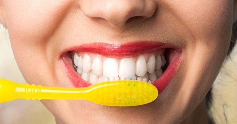 Vệ sinh răng miệng đúng cách giúp mẹ tránh được tình trạng ê buốt răng sau khi sinh.