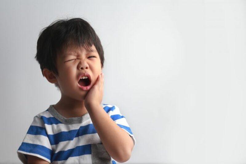 Khi trẻ gặp nhiều vấn đề răng miệng, ba mẹ cần tìm các giải pháp nhổ răng sữa cho trẻ