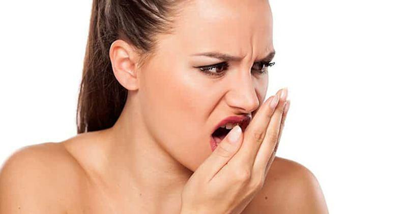 Viêm nướu răng lâu ngày sẽ khiến hơi thở có mùi khó chịu.