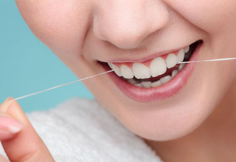 Các thao tác vệ sinh răng miệng cần thật nhẹ nhàng sau khi nhổ răng số 8 bị sâu