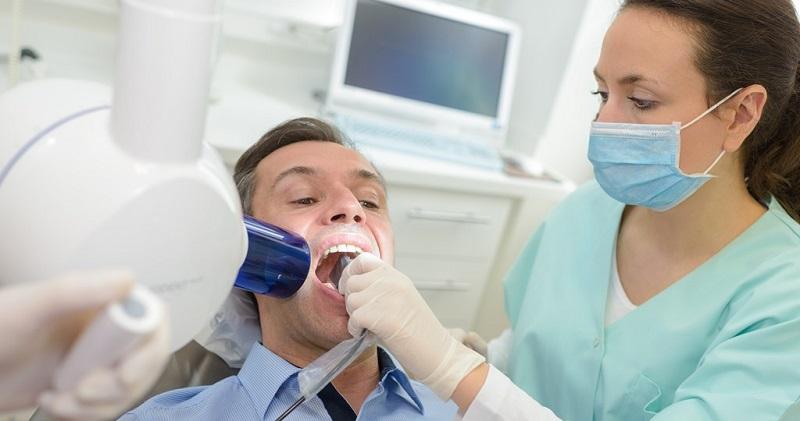 Răng sứ sau khi được gắn cố định vào răng sẽ cần kiểm tra lại khớp cắn xem đã khít chưa