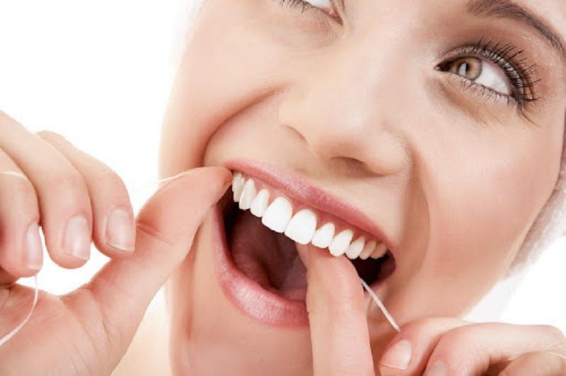 Dùng chỉ nha khoa để loại bỏ hết thức ăn thừa ở kẽ răng