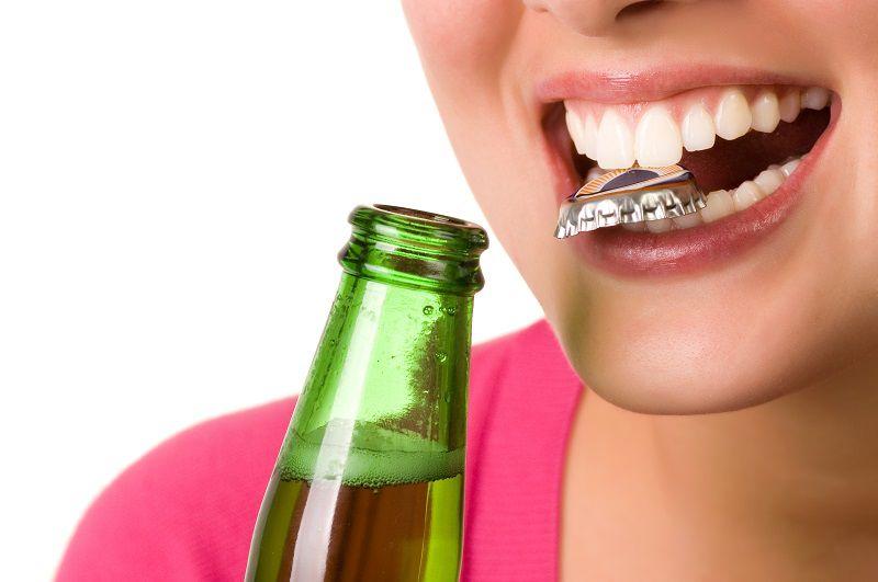 Dùng răng mở nắp chai có thể gây sứt vỡ